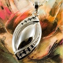 Zilveren Ashanger met fraai handgezette zwarte zirkonia steentjes