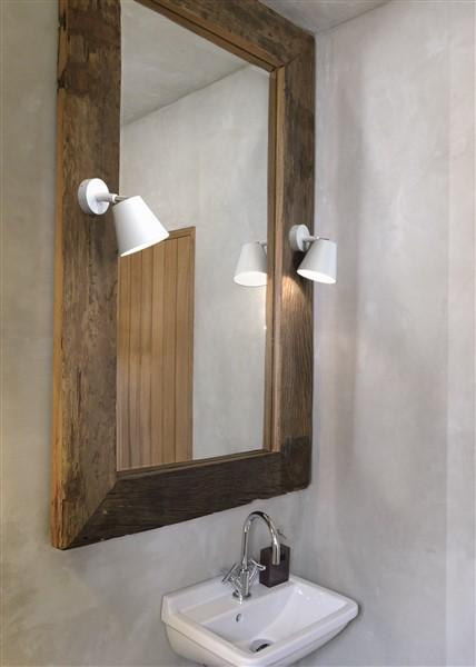 aan de spiegel of aan de make up tafel zal men meer lumen per m2 nodig hebben ook hier kan men bijkomende verlichting plaatsen in de vorm van