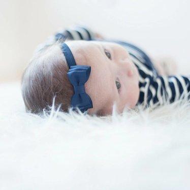 Your Little Miss Donkerblauw baby haarbandje met dubbele strik en dun bandje