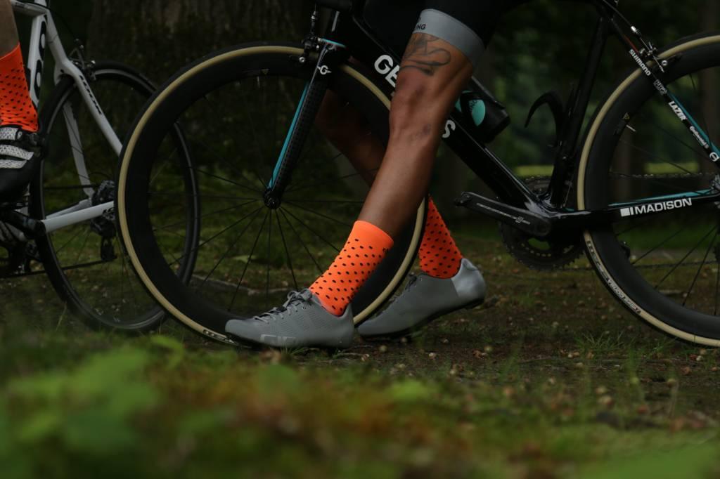 Good Cycling Neon Oranje met zwarte polkadots wielersokken