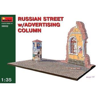 Russische Straße mit Litfaßsäule