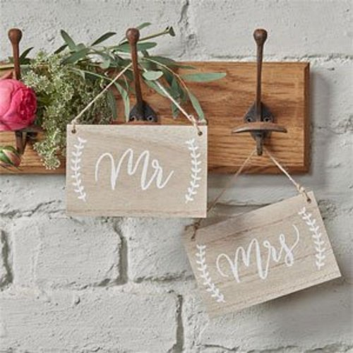 houten bordjes mr & mrs, bruiloft stoelversiering