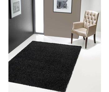 Hoogpolig zwart tapijt