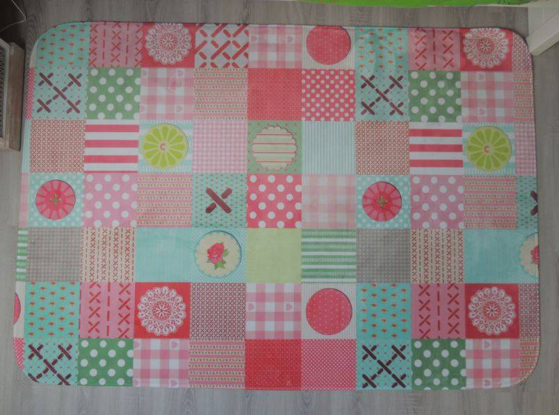 Kleurrijke decoratie kinderkamer - Tapijt voor toiletpapier ...
