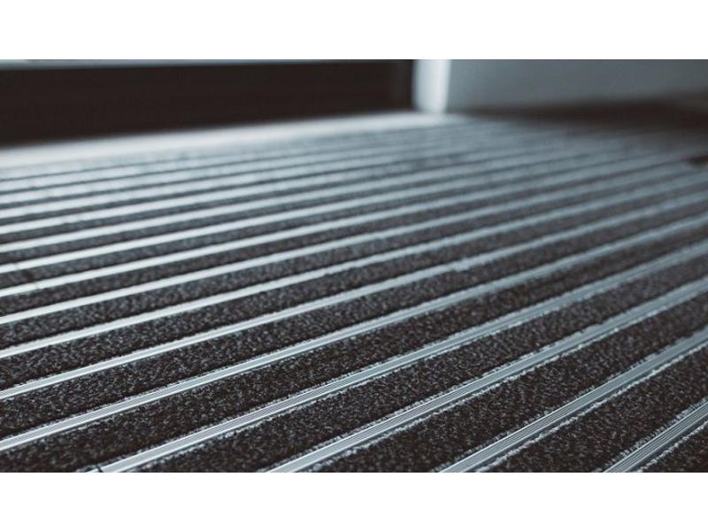 tapis d'entrée modulaires en format planche de 23,5x75cm, combinaison de tapis et des strips en aluminium, avec des clips de connexion, couleur anthracite et aluminium, emballé par 1m² ou 6 planches