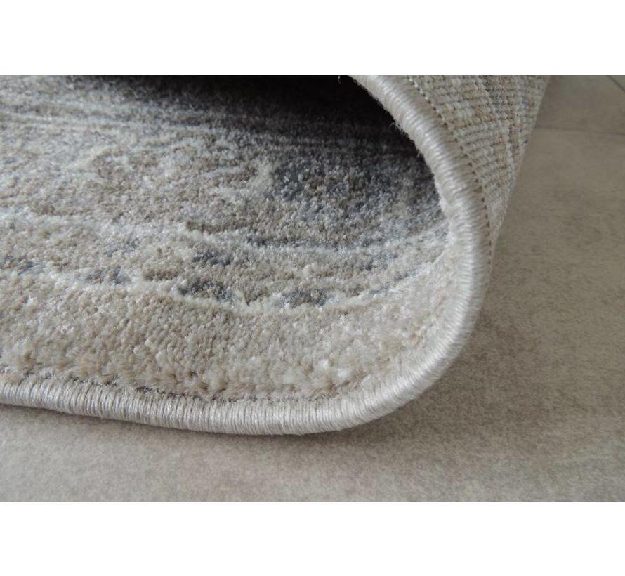 Zacht tapijt in oosterse stijl met verweerd uiterlijk