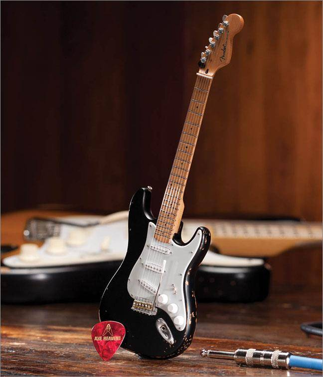 Hal Leonard Axe Heaven miniatuur gitaar | Fender™ Stratocaster™ - Black Vintage Distress
