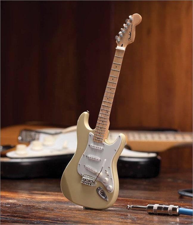 Hal Leonard Axe Heaven miniatuur gitaar | Fender Stratocaster  - Cream Finish