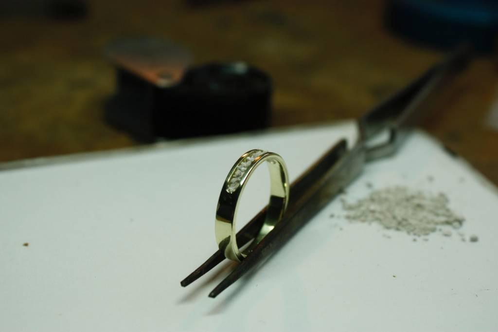 MARGRIET JEWELS Gouden heren asring DIERBAAR