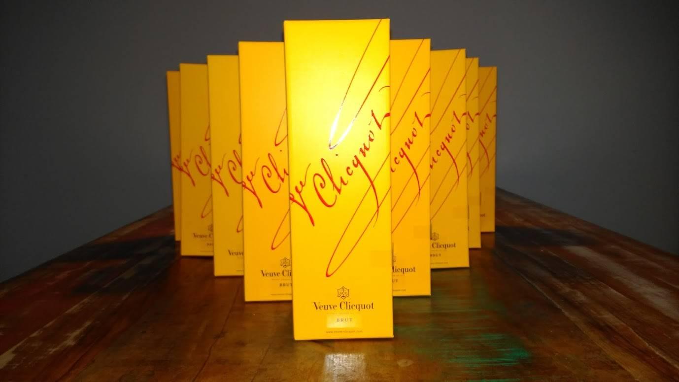 Nog geen kerstgeschenk voor je personeel of klant gevonden? Een mooie fles champagne om het jaar uit te knallen doet het zeker goed!