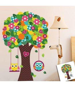 Muursticker kleurrijke boom met schommelende uiltjes