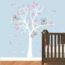 Muursticker boom met drie slapende koala beertjes wit roze