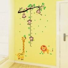 Muursticker groeimeter tak met aapje, leeuw en giraffe