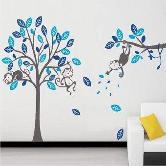 Muursticker blauwe boom met drie aapjes waarvan een slapende aap en twee wakkere apen - grijze stam
