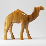Desert Rose Baby kameel staand gemaakt van olijfhout
