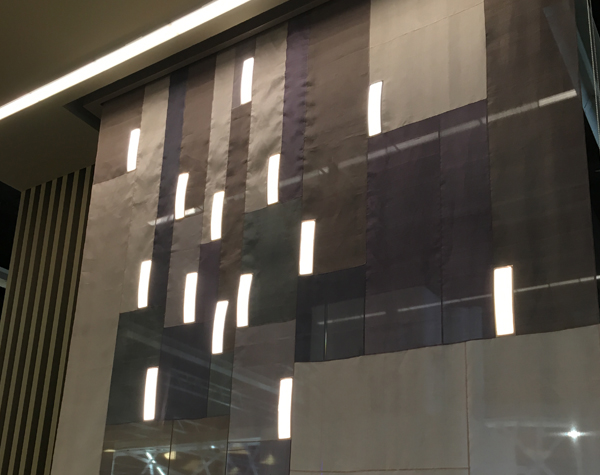 OLED integriert in Seidenvorhang