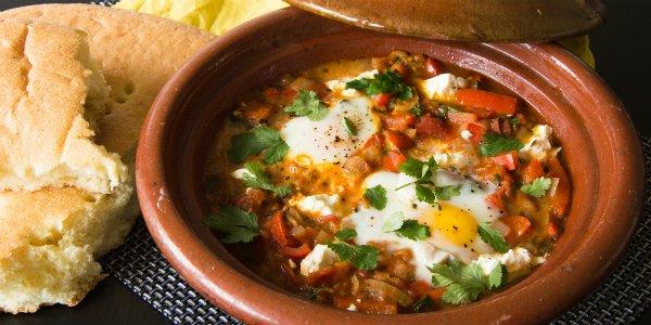 Noord-Afrikaanse en Midden-Oosterse Shakshuka met ei en tomaat