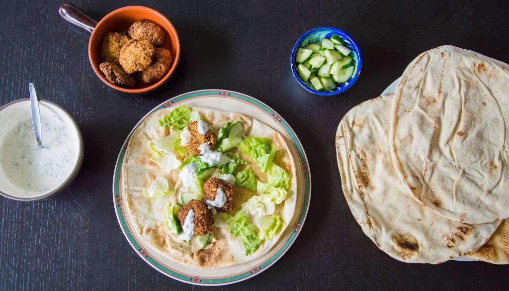 Libanese falafel met humus en yoghurtsaus