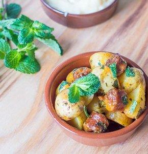 Voor op een tafel vol tapas: aardappelsalade met chorizo en verse munt