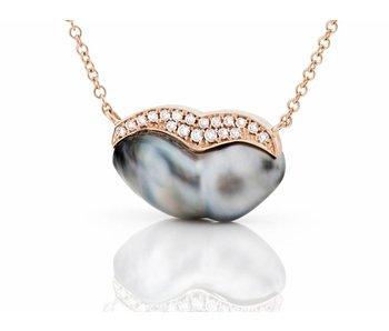 Kiss by a keshi pendant