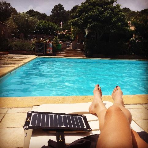 Mobisun mobiel zonnepaneel aan het zwembad