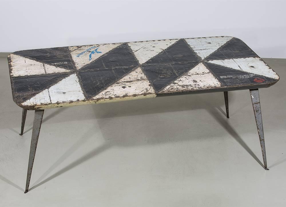 tisch metall aus westafrika upcycelt aus alten lf ssern. Black Bedroom Furniture Sets. Home Design Ideas