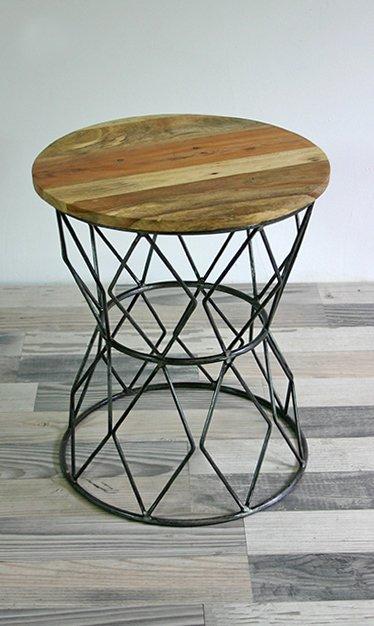 runder beistelltisch aus recyceltem holz und metall. Black Bedroom Furniture Sets. Home Design Ideas