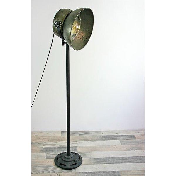 stehlampe im industriedesign aus metall. Black Bedroom Furniture Sets. Home Design Ideas