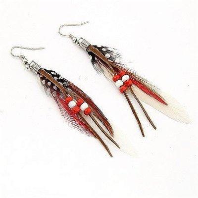 Druppel oorbellen met kralen en witte kleur veren