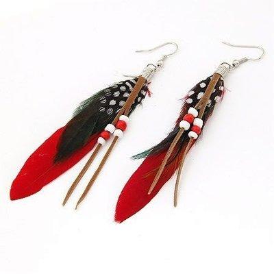 Druppel oorbellen met kralen en rode met zwart wit druppels veren
