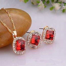 Sieraden set oorbellen ketting rond met vierkant rode kristalen