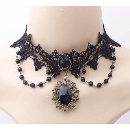 Handgemaakte Zwarte halsketting versierd met zwarte roos en kralen