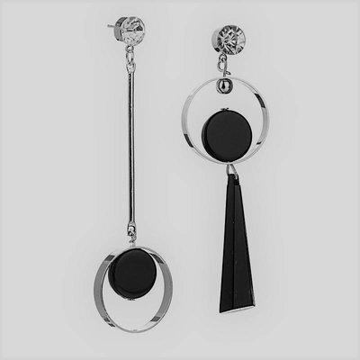Lange asymmetrische oorbellen met zwart zilver kleur