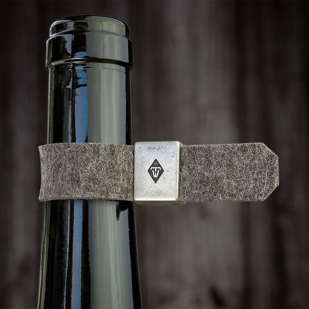 werktat The gift for wine lovers: bottle drip stop, wine collar, drop stop, Metal ring with felt loop in nature mixed
