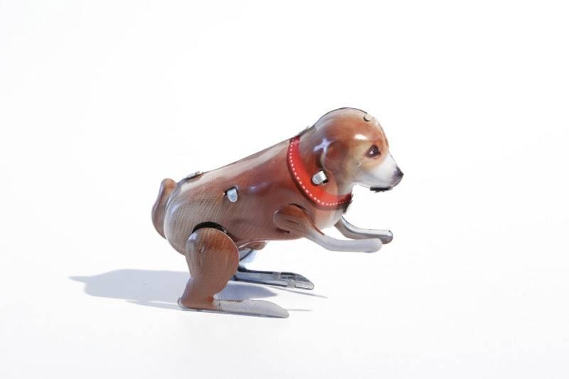 Hond met veer - blikken Vintage