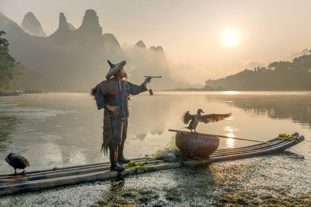 Umo Art Gallery Smokes a pipe at the Li River