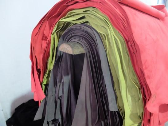 unverarbeitetes pflanzlich gegerbtes Eco-Leder in verschiedenen Farbtönen