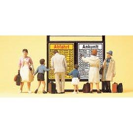 Preiser Reisende vor Fahrplantafel, mit Zubehör, Satz von 6, Spur H0
