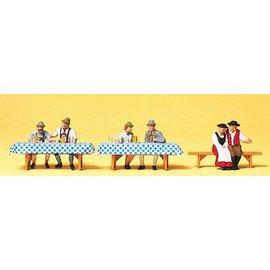 Preiser Stellen op het Oktoberfest, Set van 3 inclusief tafel, Schaal H0
