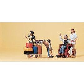 Preiser Reizigers in rolstoel met verpleegster, kinderen en bagagewagen, Schaal H0