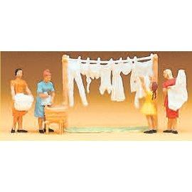 Preiser Women hanging laundry, 4 pieces kit, scale H0