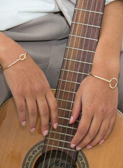Goudkleurige minimalist chic statement cuff armband met knoop