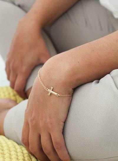 Minimalistische statement armband met kruis goudkleurig