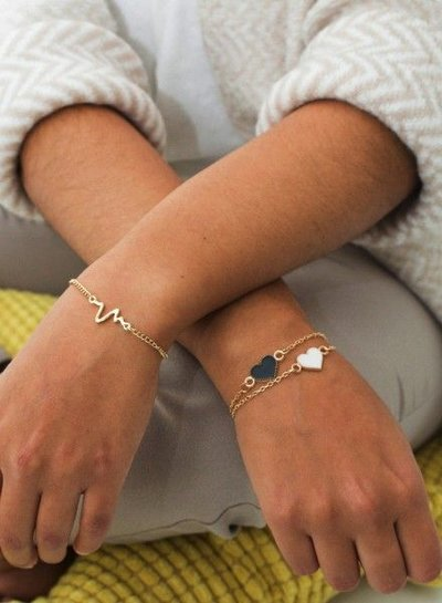 Minimalistic statement bracelet with heartbeat gold colored