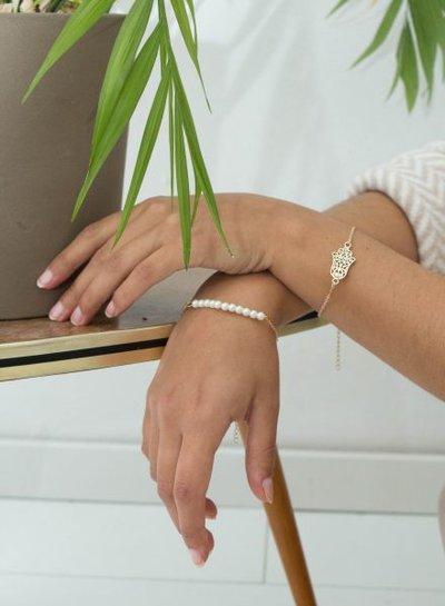 Minimalistische statement armband met buddha hand goudkleurig