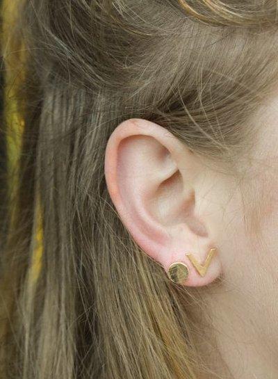 Minimalistic statement earrings 'V' black