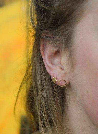 Minimalistische statement oorbellen open rondje goudkleurig
