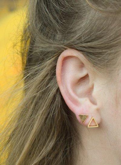 Minimalistische statement oorbellen open driehoek goudkleurig