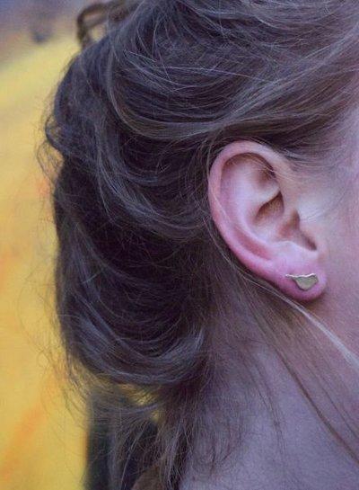 Minimalistische statement oorbellen vogel goudkleurig