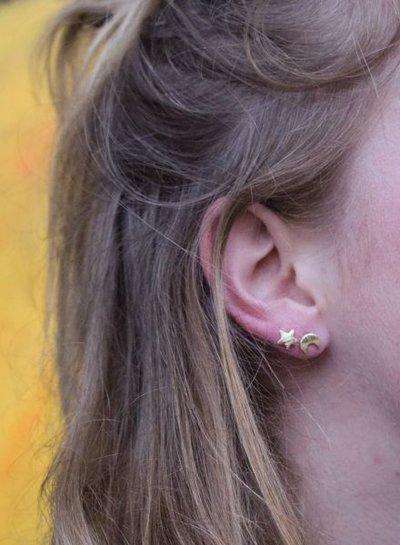 Minimalistische statement oorbellen maan en ster rosé goudkleurig